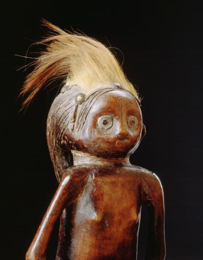 Ovimbundu statue with crown made of antelope hair, which could refer to hunters